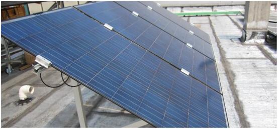 主要设备介绍 1)轻质化光伏组件 太阳电池组件是光伏系统的主要发电来源。太阳电池阵列由太阳电池组件、接线盒及支架组成。目前在光伏系统中,普遍选用具有较大功率的太阳电池组件。光伏组件的类型众多,有单晶硅组件,多晶硅组件,非晶硅组件等。上海太阳能科技有限公司最新研制的轻质化组件拥有质量轻、安装方便、高效率和高可靠性特点,非常适合本项目使用。 轻质化组件优点: (1)质量轻,质量仅普通组件质量的一半,有效降低对建筑物承重能力的要求; (2)发电效率高,得益于其受光面高透率的高分子薄膜以及特殊工艺产生的